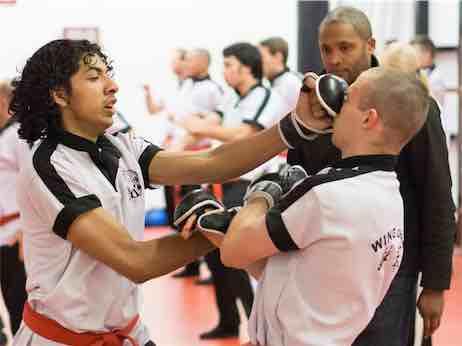 Wing Chun stoten komen hard en snel door het midden.